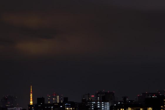 雲を照らす東京タワー
