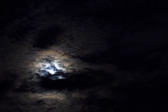 雲に隠れたブルームーン
