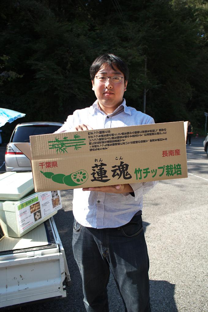 笠森観音の駐車場で行っていた軽トラ市で、竹チップによるレンコン栽培をされている金坂さんに再会しました。