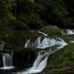 行くまでのアップダウンがなかなかにキツイ、おしどり隠しの滝