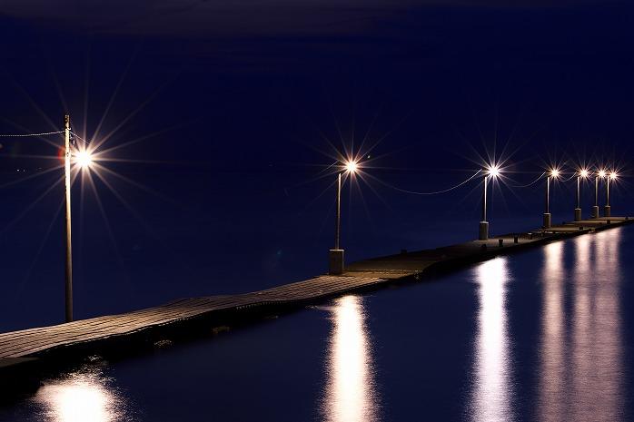 原岡海岸。海へと続く裸電球の桟橋